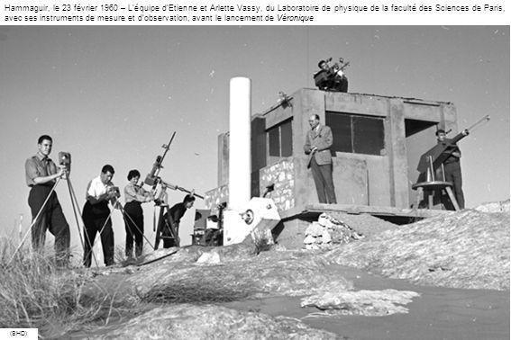 Hammaguir, le 23 février 1960 – L'équipe d'Etienne et Arlette Vassy, du Laboratoire de physique de la faculté des Sciences de Paris, avec ses instruments de mesure et d'observation, avant le lancement de Véronique