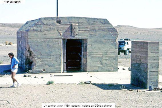 Un bunker vu en 1980, portant l'insigne du Génie saharien