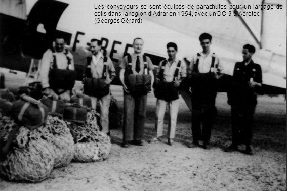 Les convoyeurs se sont équipés de parachutes pour un largage de colis dans la région d'Adrar en 1954, avec un DC-3 d'Aérotec