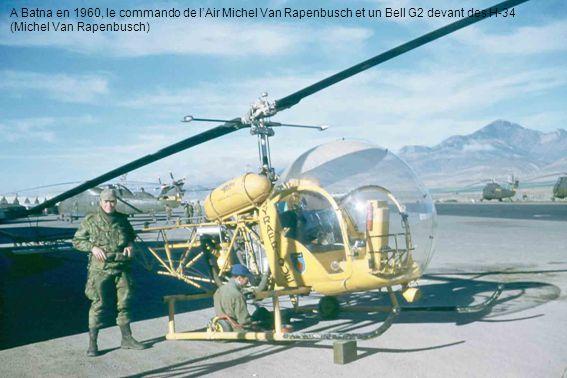 A Batna en 1960, le commando de l'Air Michel Van Rapenbusch et un Bell G2 devant des H-34