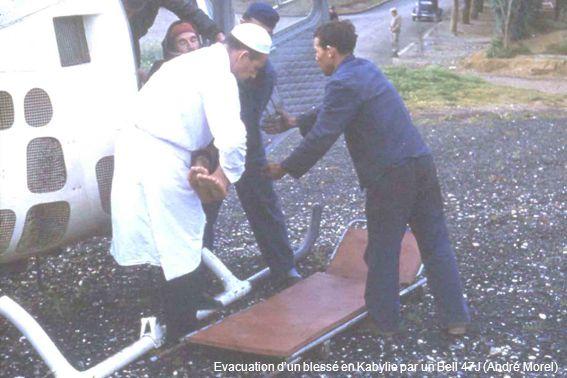 Evacuation d'un blessé en Kabylie par un Bell 47J (André Morel)