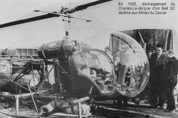 En 1955, déchargement du Charles-Le-Borgne d'un Bell G2 destiné aux Mines du Zaccar