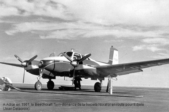 A Adrar en 1961, le Beechcraft Twin-Bonanza de la Société Norafor en route pour Edjelé