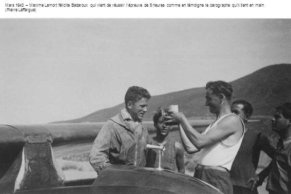 Mars 1943 – Maxime Lamort félicite Badaroux qui vient de réussir l'épreuve de 5 heures comme en témoigne le barographe qu'il tient en main