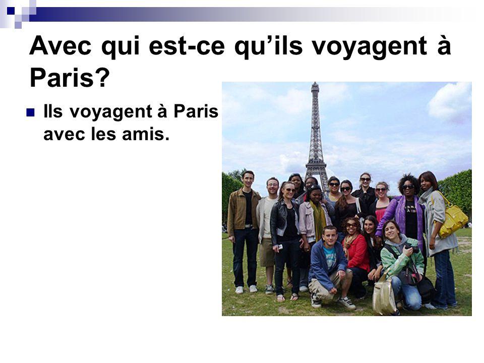 Avec qui est-ce qu'ils voyagent à Paris