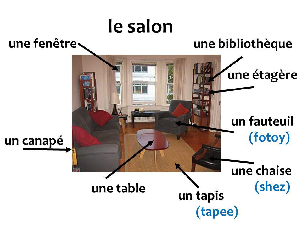 le salon une fenêtre une bibliothèque une étagère un fauteuil (fotoy)