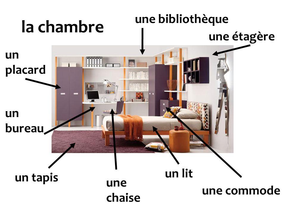 la chambre une bibliothèque une étagère un placard un bureau un lit