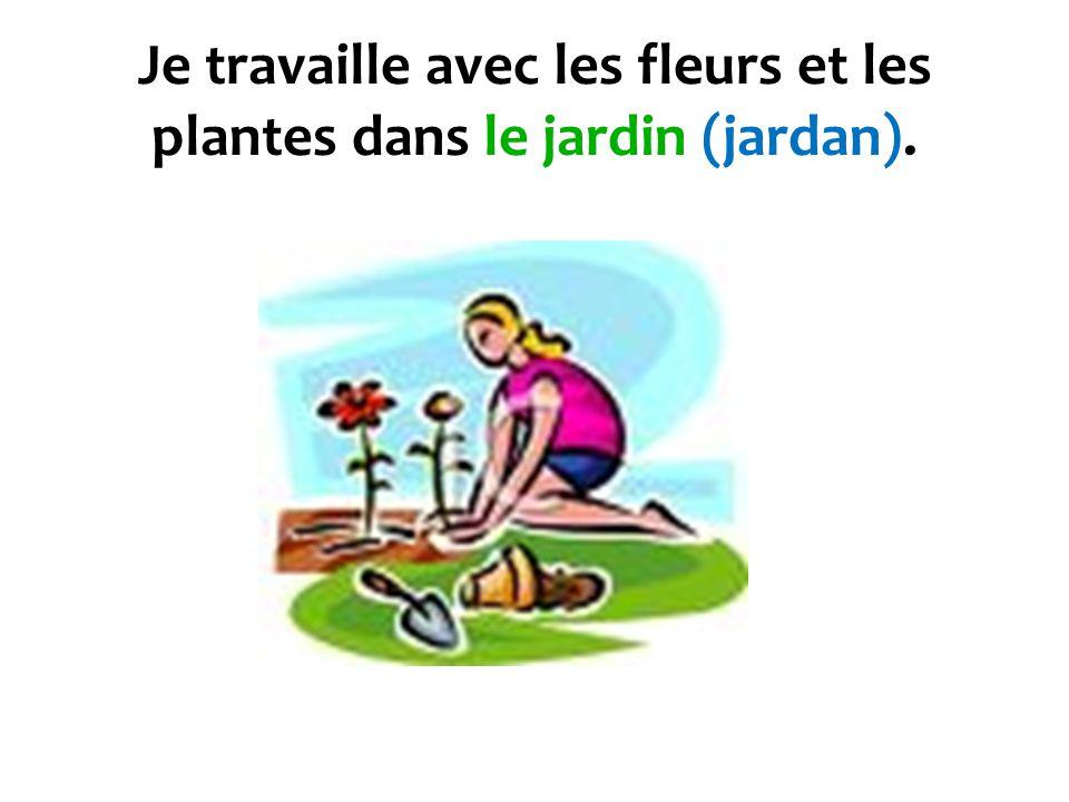 Je travaille avec les fleurs et les plantes dans le jardin (jardan).