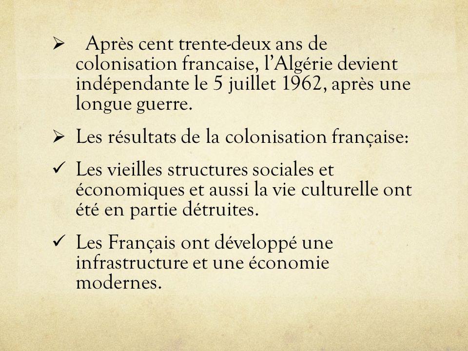 Après cent trente-deux ans de colonisation francaise, l'Algérie devient indépendante le 5 juillet 1962, après une longue guerre.