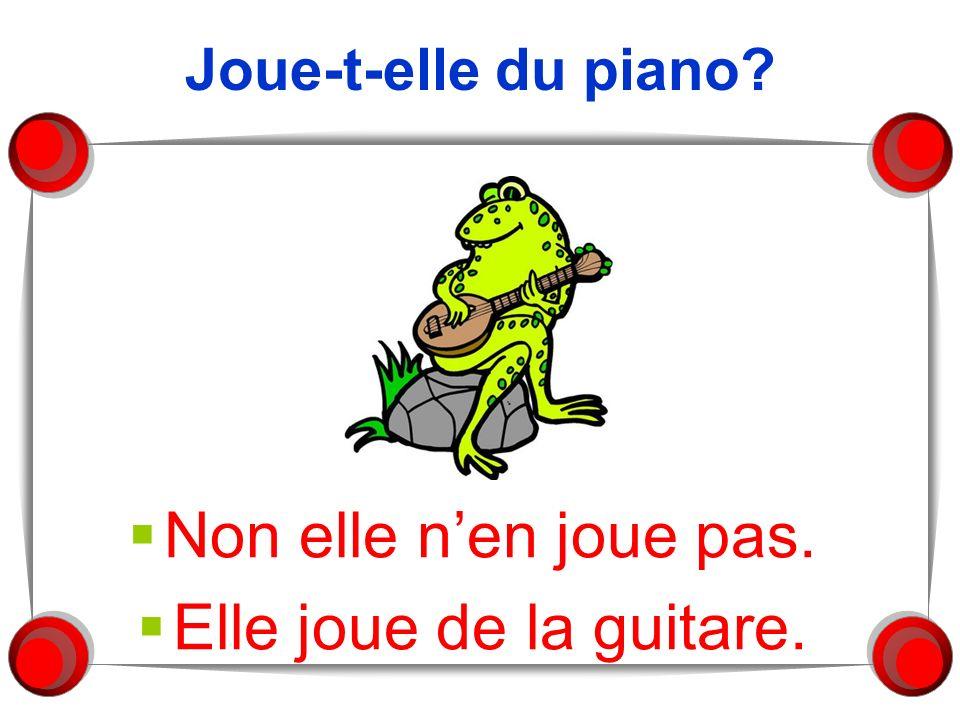 Joue-t-elle du piano Non elle n'en joue pas. Elle joue de la guitare.