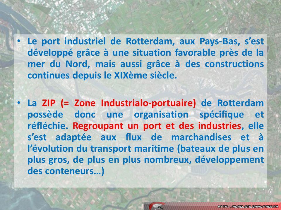Le port industriel de Rotterdam, aux Pays-Bas, s'est développé grâce à une situation favorable près de la mer du Nord, mais aussi grâce à des constructions continues depuis le XIXème siècle.
