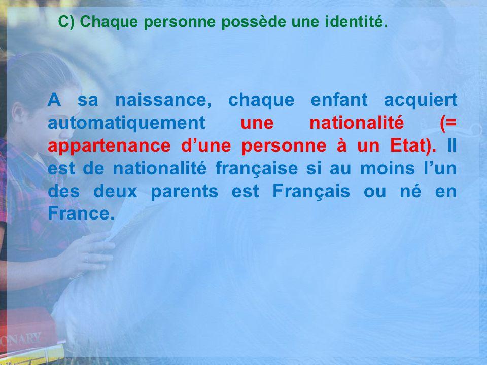 C) Chaque personne possède une identité.