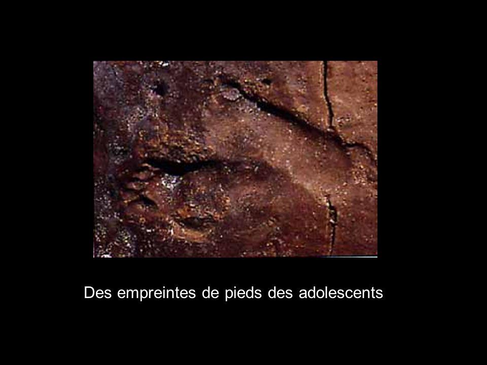 Des empreintes de pieds des adolescents