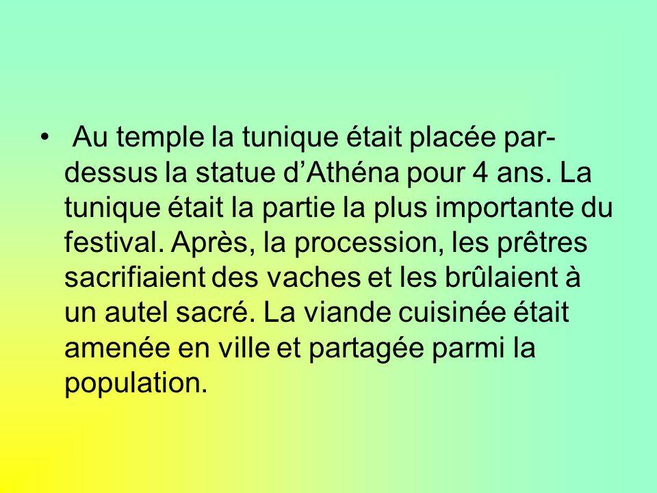 Au temple la tunique était placée par-dessus la statue d'Athéna pour 4 ans.