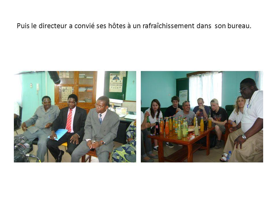 Puis le directeur a convié ses hôtes à un rafraîchissement dans son bureau.