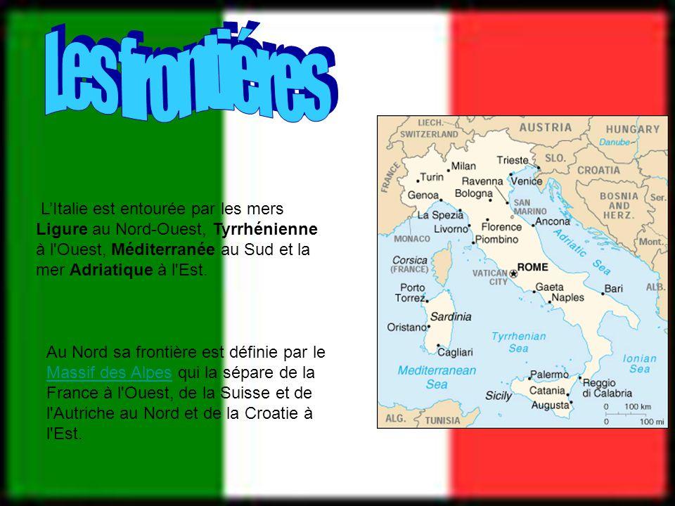 Les frontiéres L'Italie est entourée par les mers Ligure au Nord-Ouest, Tyrrhénienne à l Ouest, Méditerranée au Sud et la mer Adriatique à l Est.