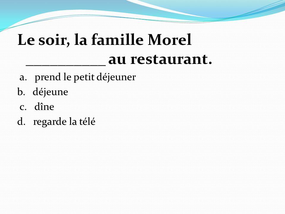 Le soir, la famille Morel __________ au restaurant.
