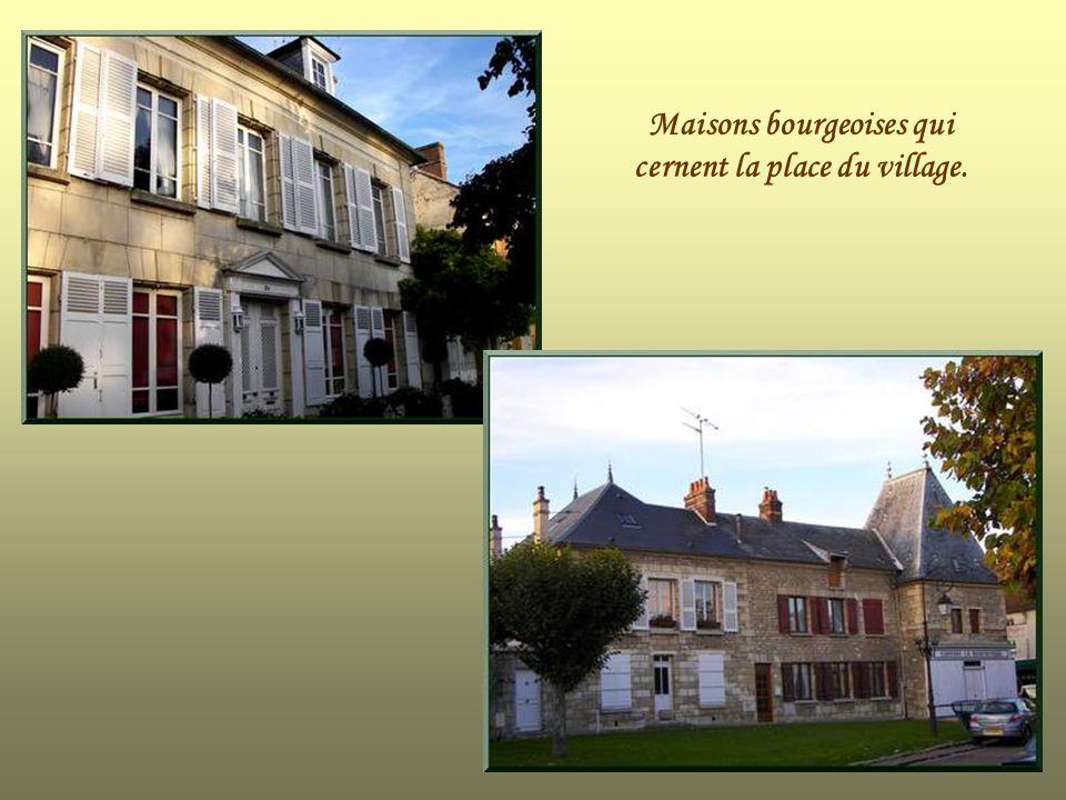 Maisons bourgeoises qui cernent la place du village.