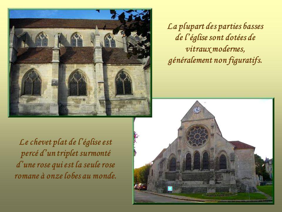 La plupart des parties basses de l'église sont dotées de vitraux modernes, généralement non figuratifs.