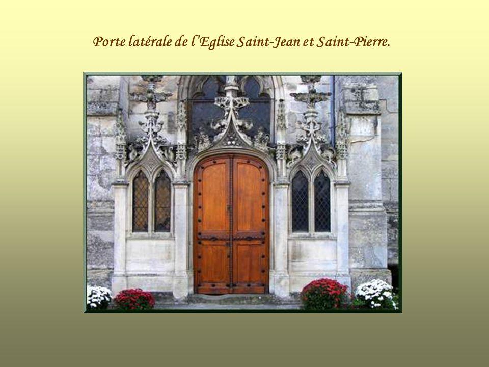 Porte latérale de l'Eglise Saint-Jean et Saint-Pierre.