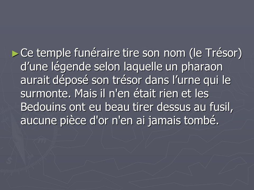 Ce temple funéraire tire son nom (le Trésor) d'une légende selon laquelle un pharaon aurait déposé son trésor dans l'urne qui le surmonte.