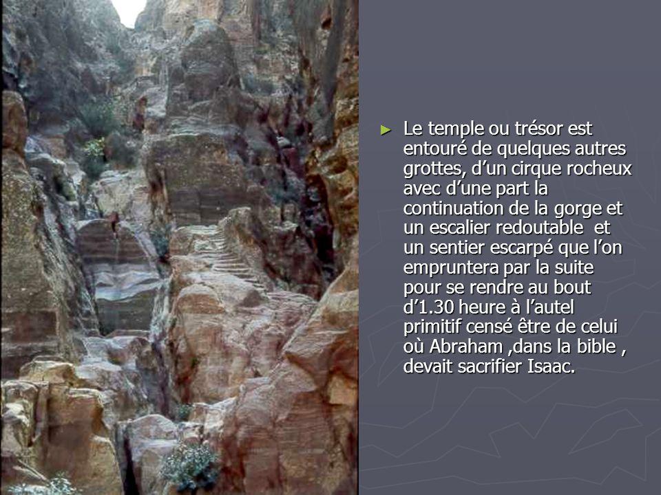 Le temple ou trésor est entouré de quelques autres grottes, d'un cirque rocheux avec d'une part la continuation de la gorge et un escalier redoutable et un sentier escarpé que l'on empruntera par la suite pour se rendre au bout d'1.30 heure à l'autel primitif censé être de celui où Abraham ,dans la bible , devait sacrifier Isaac.