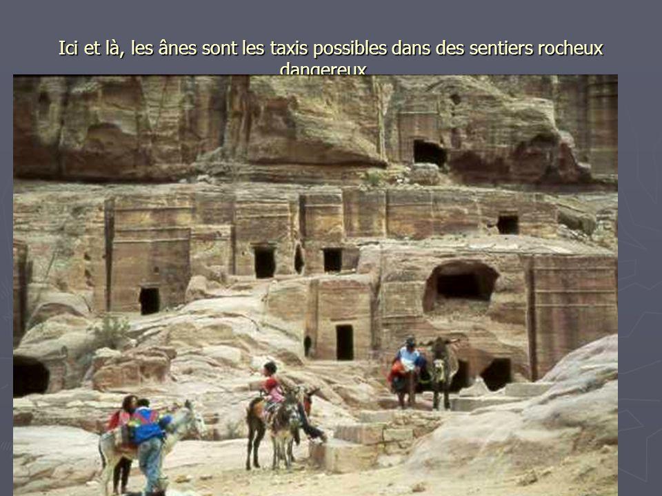 Ici et là, les ânes sont les taxis possibles dans des sentiers rocheux dangereux…
