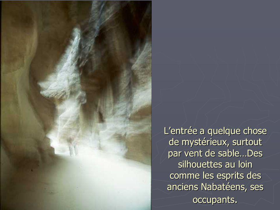 L'entrée a quelque chose de mystérieux, surtout par vent de sable…Des silhouettes au loin comme les esprits des anciens Nabatéens, ses occupants.