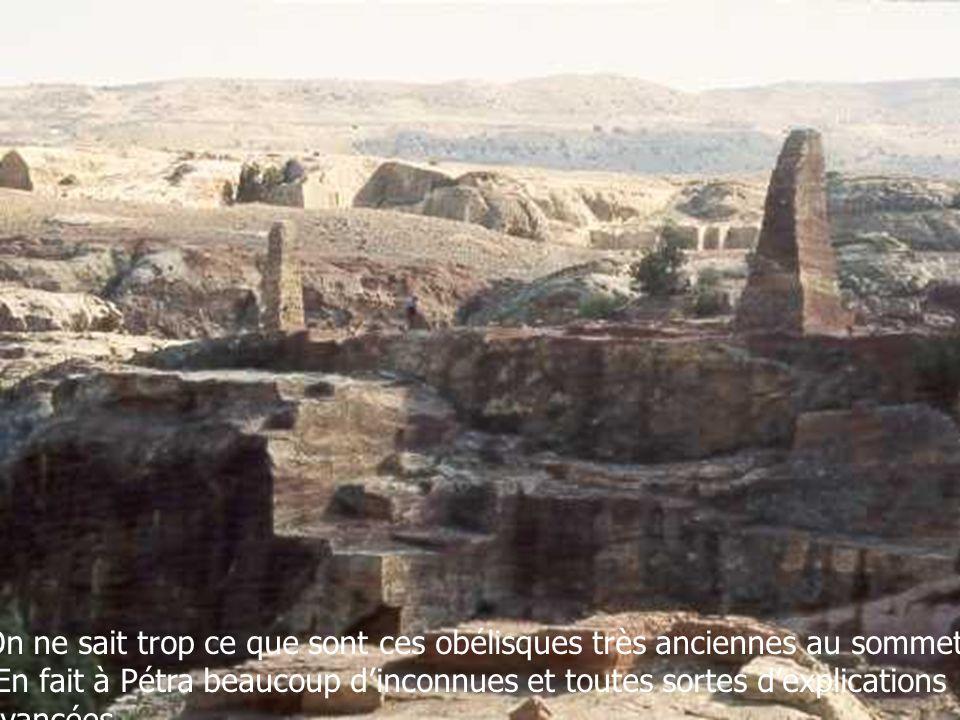 On ne sait trop ce que sont ces obélisques très anciennes au sommet.