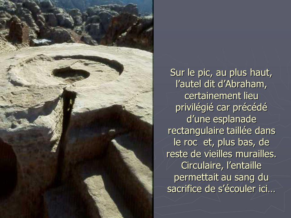 Sur le pic, au plus haut, l'autel dit d'Abraham, certainement lieu privilégié car précédé d'une esplanade rectangulaire taillée dans le roc et, plus bas, de reste de vieilles murailles.