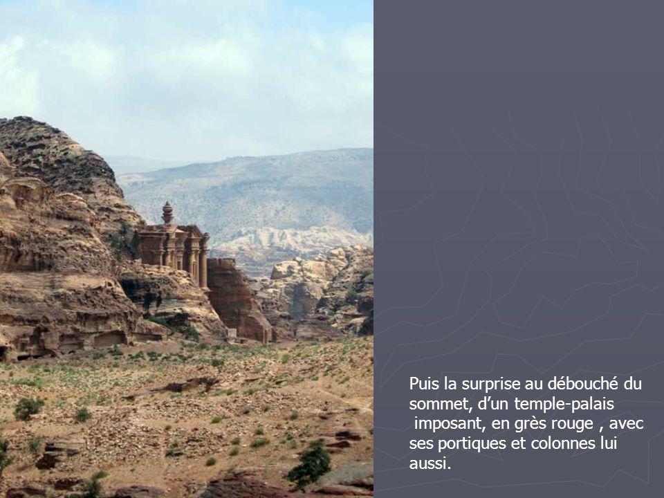 Puis la surprise au débouché du sommet, d'un temple-palais