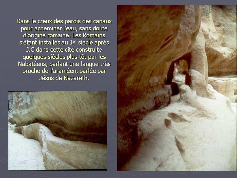 Dans le creux des parois des canaux pour acheminer l'eau, sans doute d'origine romaine.