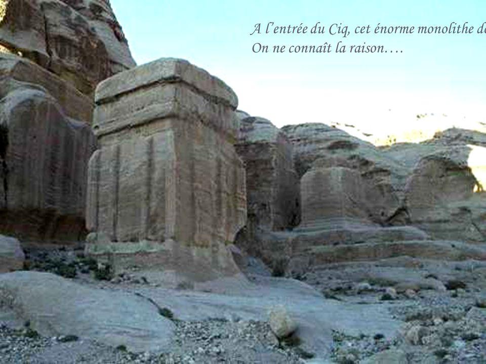 A l'entrée du Ciq, cet énorme monolithe dont