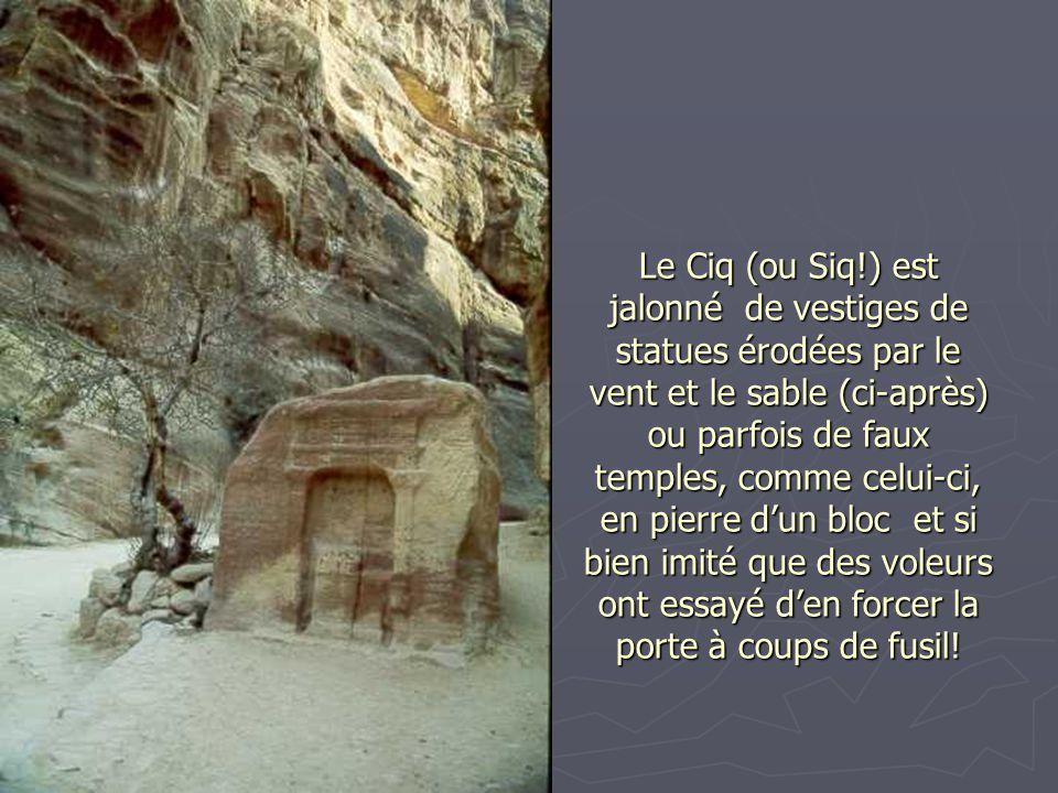Le Ciq (ou Siq!) est jalonné de vestiges de statues érodées par le vent et le sable (ci-après) ou parfois de faux temples, comme celui-ci, en pierre d'un bloc et si bien imité que des voleurs ont essayé d'en forcer la porte à coups de fusil!