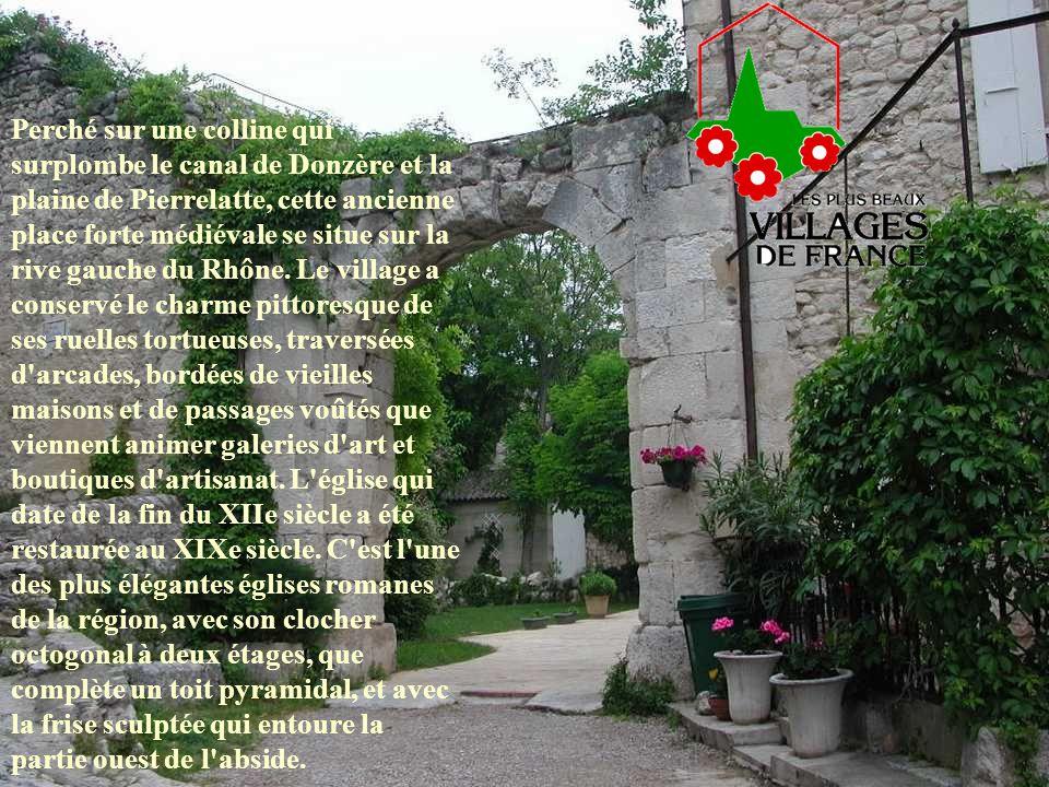 Perché sur une colline qui surplombe le canal de Donzère et la plaine de Pierrelatte, cette ancienne place forte médiévale se situe sur la rive gauche du Rhône.