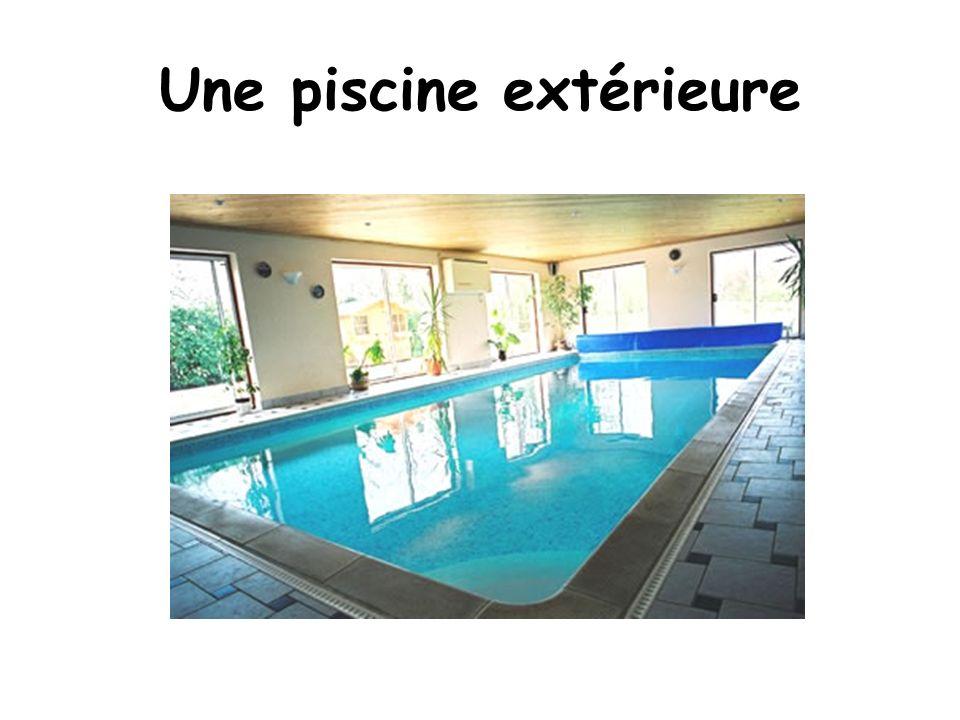 Une piscine extérieure