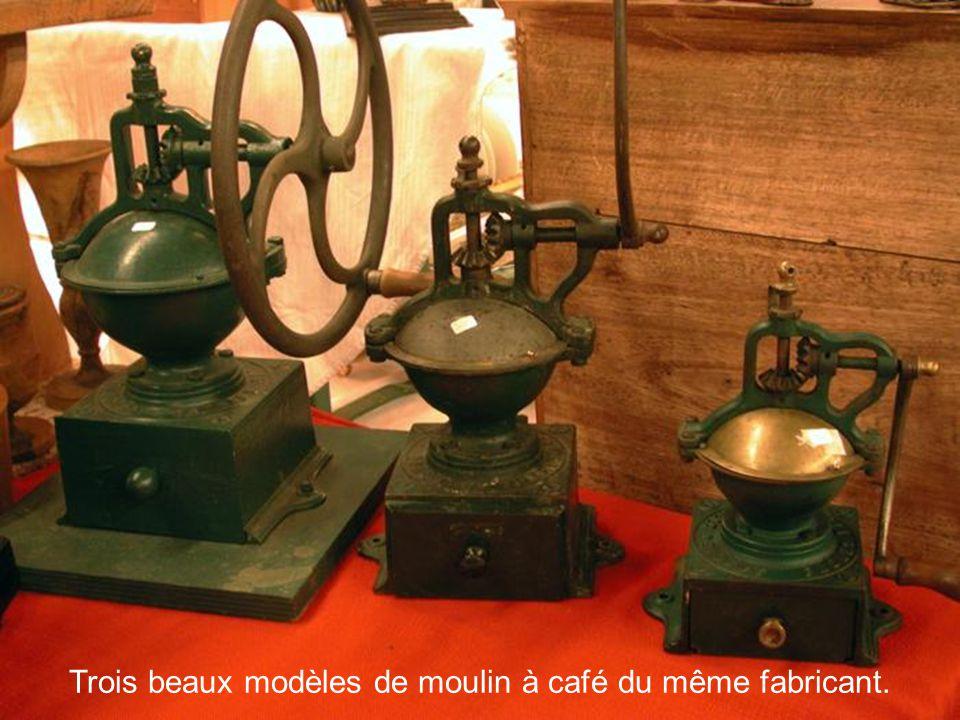 Trois beaux modèles de moulin à café du même fabricant.