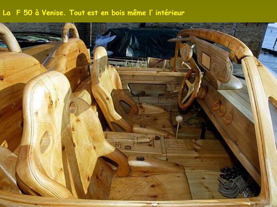 La F 50 à Venise. Tout est en bois même l' intérieur