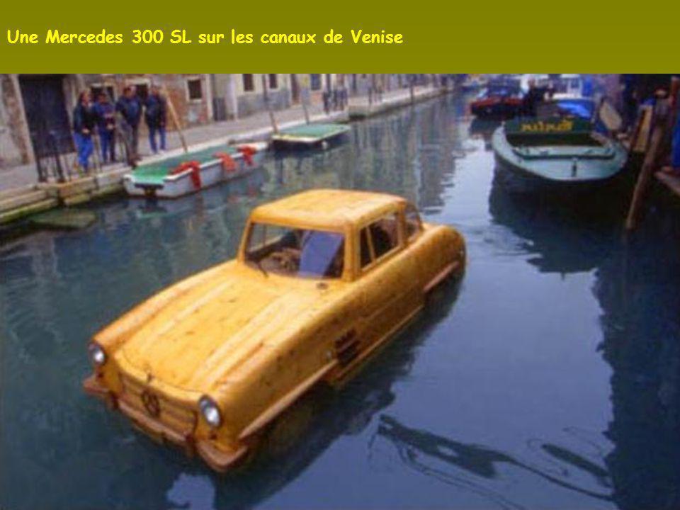 Une Mercedes 300 SL sur les canaux de Venise