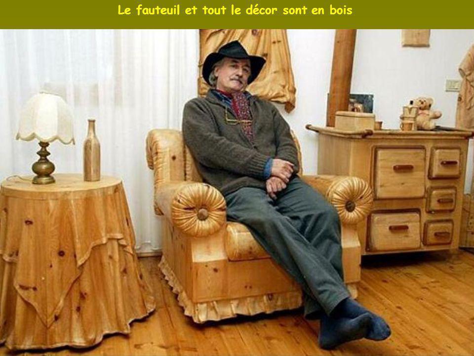 Le fauteuil et tout le décor sont en bois