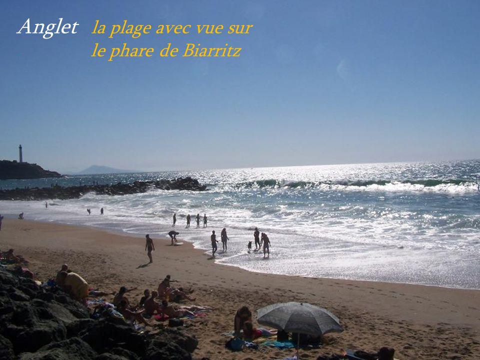 Anglet la plage avec vue sur . le phare de Biarritz