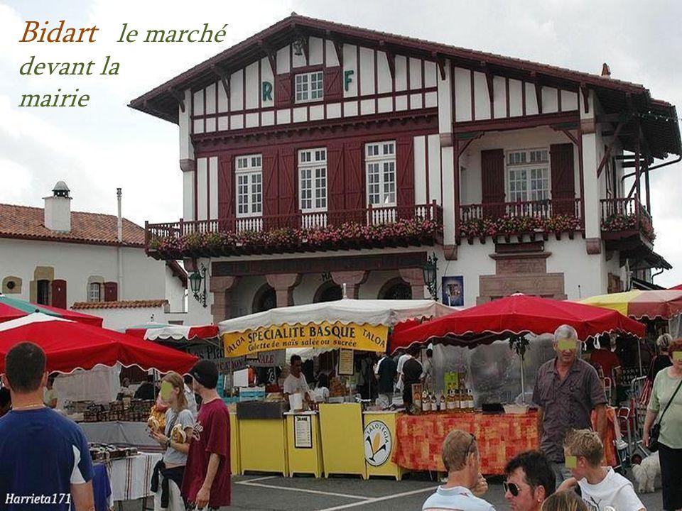 Bidart le marché devant la mairie