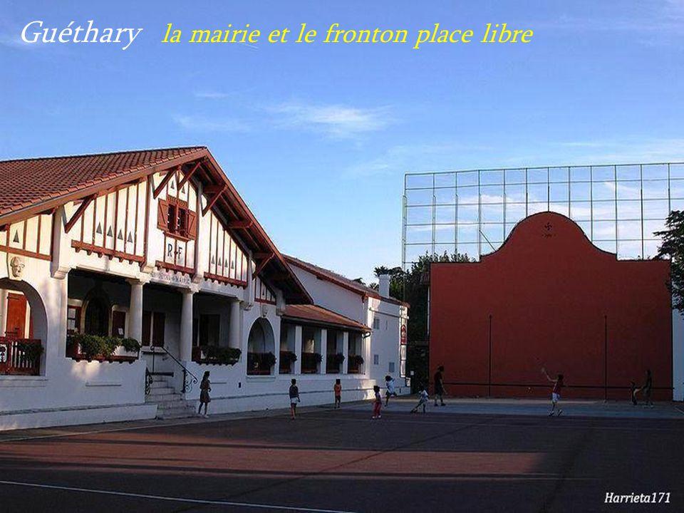 Guéthary la mairie et le fronton place libre
