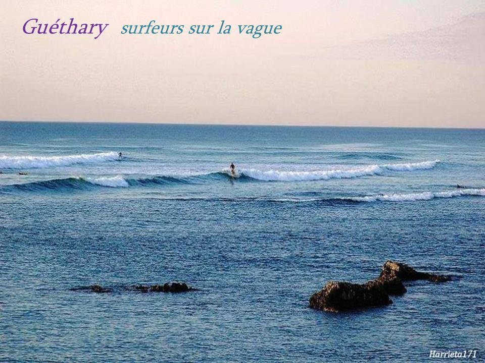 Guéthary surfeurs sur la vague