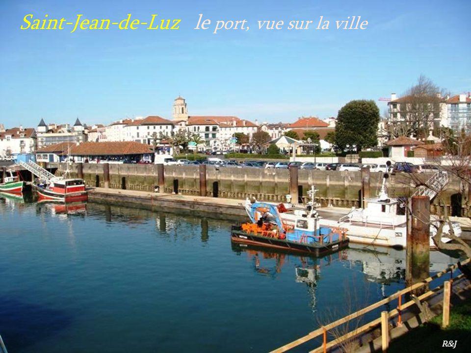 Saint-Jean-de-Luz le port, vue sur la ville