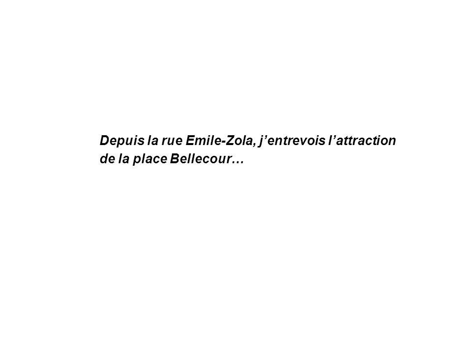 Depuis la rue Emile-Zola, j'entrevois l'attraction