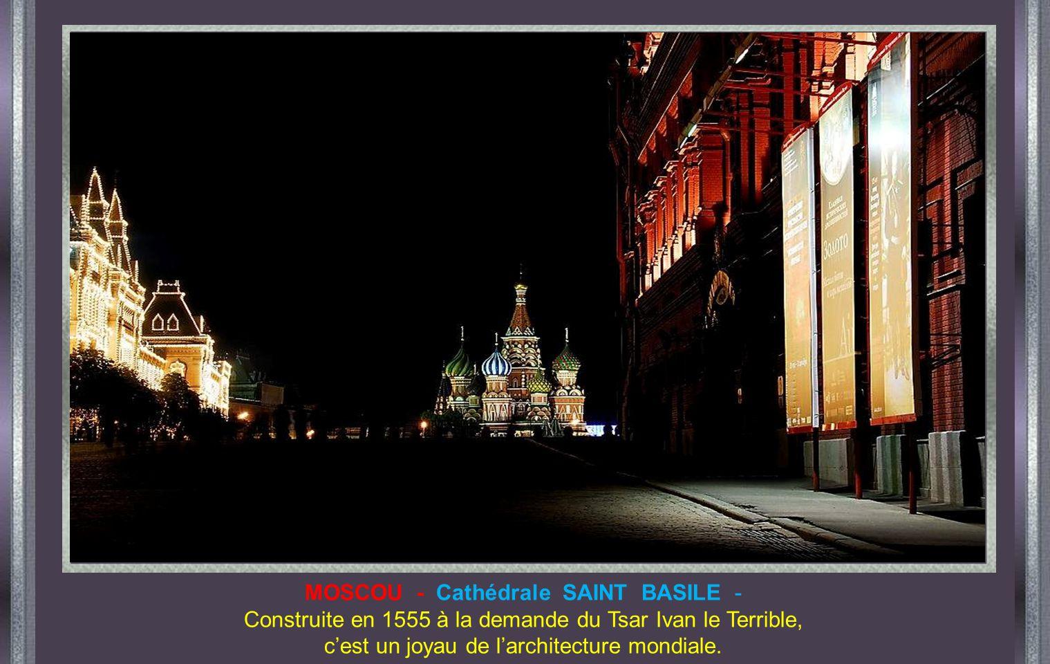 MOSCOU - Cathédrale SAINT BASILE -