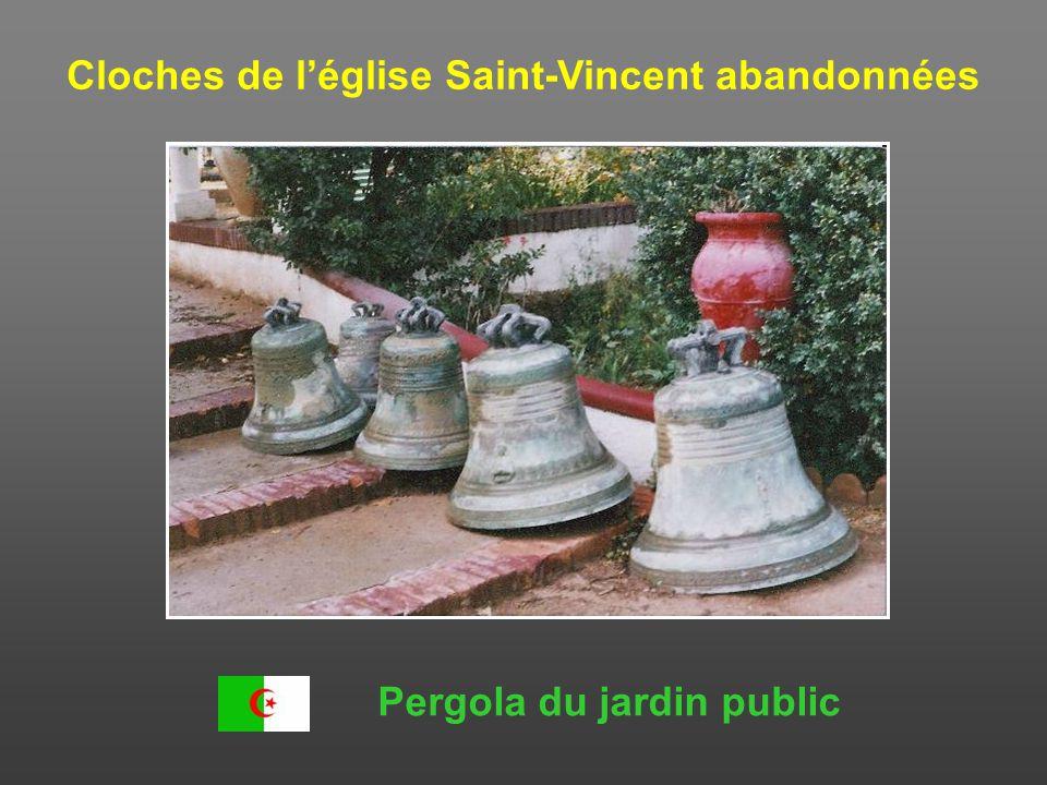 Cloches de l'église Saint-Vincent abandonnées Pergola du jardin public
