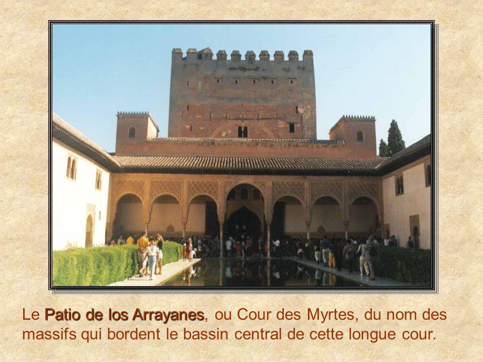 Le Patio de los Arrayanes, ou Cour des Myrtes, du nom des massifs qui bordent le bassin central de cette longue cour.