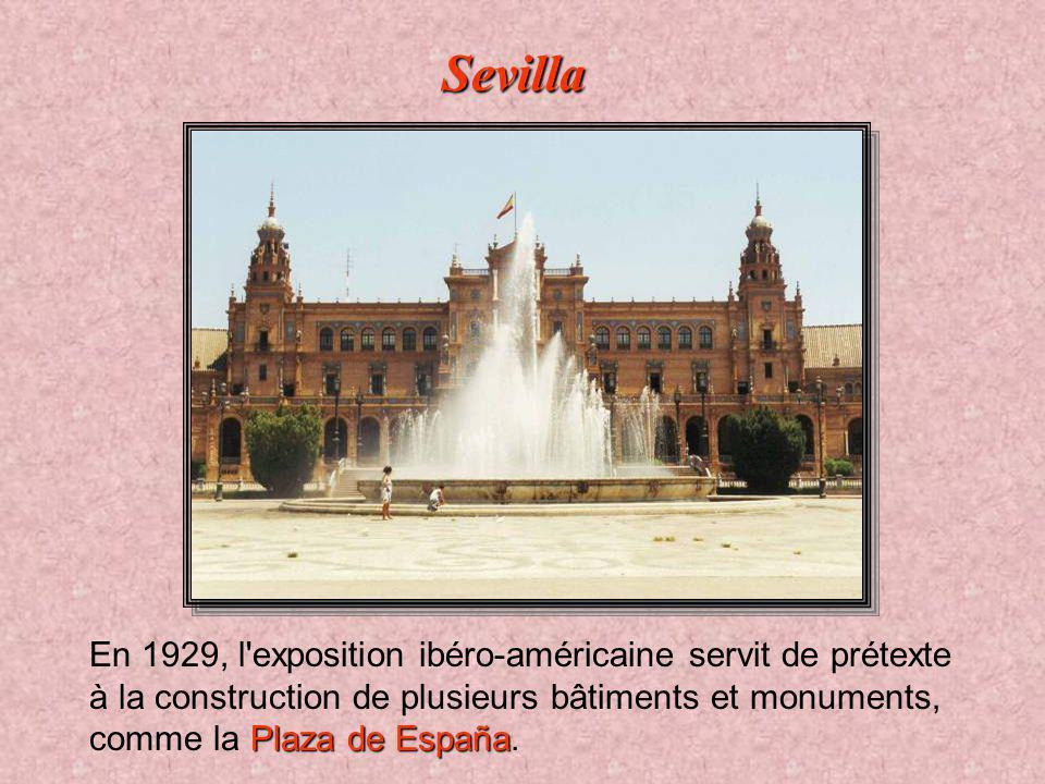 Sevilla En 1929, l exposition ibéro-américaine servit de prétexte à la construction de plusieurs bâtiments et monuments, comme la Plaza de España.